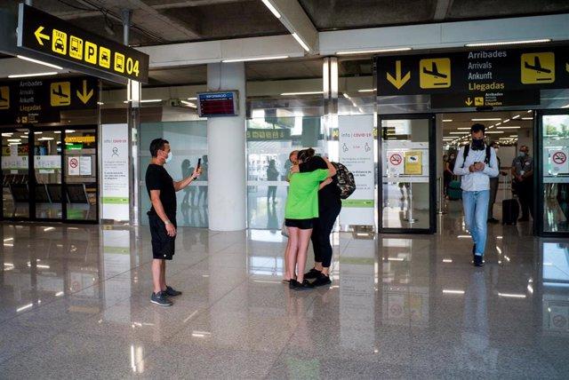 Dos personas se abrazan en el Aeropuerto de Palma el día de la reapertura de las fronteras de España.