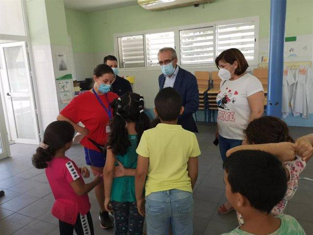 Juan Manuel Flores visita la escuela de verano del Distrito Cerro-Amate