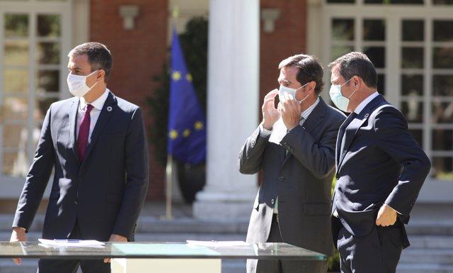 (I-D) El presidente del Gobierno, Pedro Sánchez, el presidente de CEO), Antonio Garamendi, y el presidente de Cepyme, Gerardo Cuerva, durante la firma del Pacto por la Reactivación Económica y el Empleo , en Madrid (España), a 3 de julio de 2020