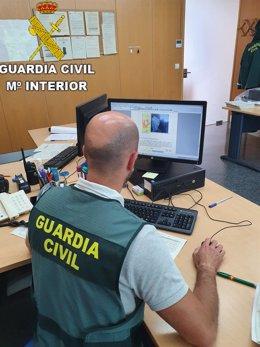 Agente de la Guardia Cil elaborando un escrito