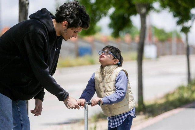 Nacho juega con su hermano Pablo en un parque durante la franja horaria de salida permitida para los niños de hasta 14 años (de 12 a 19 horas) durante la fase 0 del estado de alarma en Madrid. En Madrid (España) a 13 de mayo de 2020.