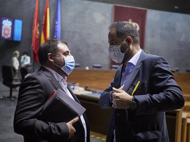 El presidente del Parlamento de Navarra, Unai Hualde (i), con el portavoz del PSN, Ramón Alzórriz, en el Parlamento de Navarra.