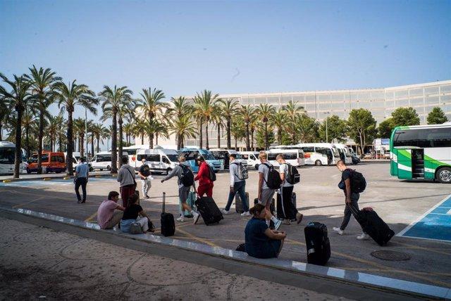 Pasajeros con maletas salen del Aeropuerto de Palma de Mallorca el día de la reapertura de las fronteras de España tras su cierre por el Covid-19, en Palma de Mallorca, Islas Baleares (España) a 1 de julio de 2020.