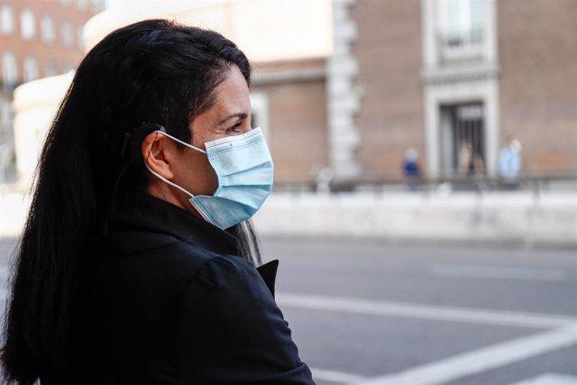 Una mujer con una mascarilla en una imagen de archivo.