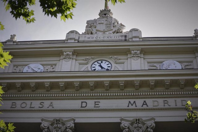 Parte superior de la fachada del edificio de la Bolsa de Madrid En Madrid (España)