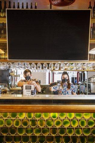 Camareros con el kits de Rioja