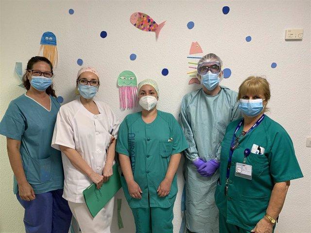 Profesionales que atienden la consulta del Hospital Materno de Málaga en la que se hacen PCR a menores con sintomatoogía compatible con infección por COVID-19