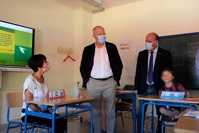 El consejero Javier Imbroda en su visita al colegio San Juan de Antequera (Málaga)