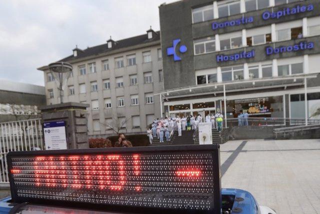 Sanitarios del Hospital Donostia aplauden tras la llegada de vehículos de Bomberos, Ertzaintza, Guardia Municipal, Dbus, Cruz Roja, DYA, Consejo Sanitario de Osakidetza, ambulancias, y Correos