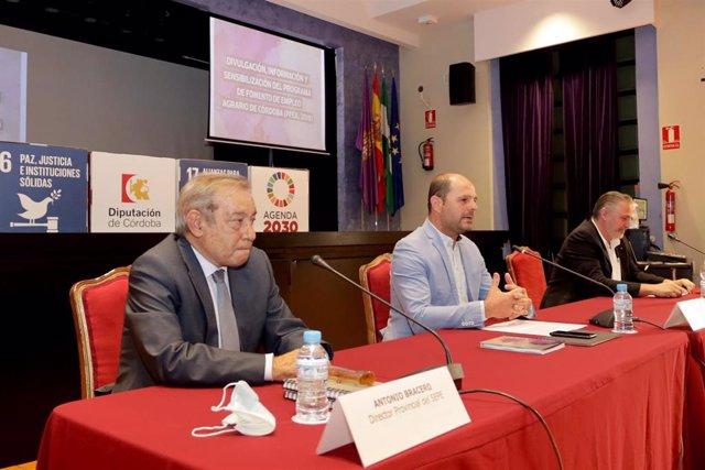 El delegado de Empleo en la Diputación de Córdoba, Miguel Ruz (centro), en la presentación del informe sobre el impacto y la evolución del PFEA en la provincia