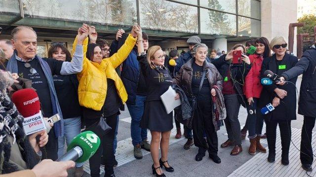 La Asociación de Víctimas del Accidente del Metro a las puertas de la Ciudad de la Justicia de València