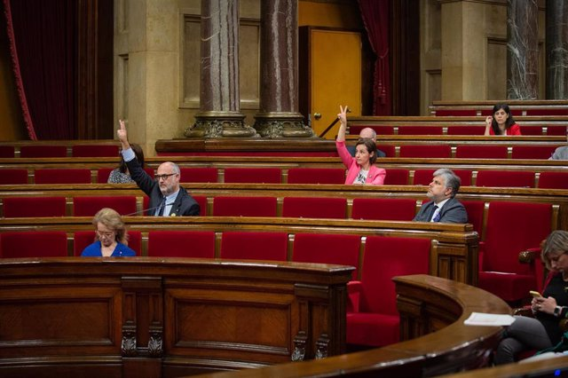 Los diputados autonómicos Eduard Pujol y Anna Caula indican el sentido del voto de su grupo durante la segunda plenaria en la que se debate la gestión de la crisis sanitaria del COVID-19 y la reconstrucción de Cataluña ante el impacto de la pandemia, en B