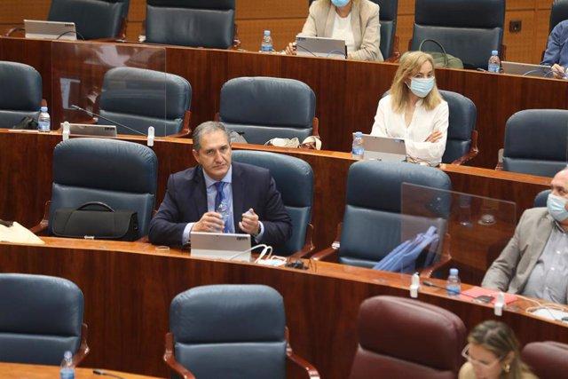 El diputado socialista José Carmenlo Cepeda García de León (i), en la Asamblea de Madrid durante la sesión de control al Gobierno en la Asamblea de Madrid, en Madrid (España), a 2 de julio de 2020.