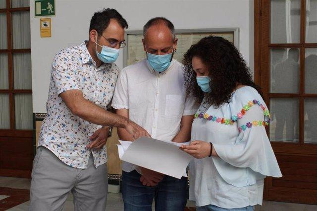 Valero junto a Ernesto Alba y  la portavoz del grupo parlamentario Adelante Andalucía, Inmaculada Nieto en el Parlamento