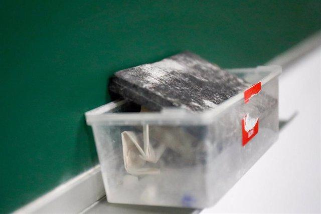 Borrador de pizarra en el interior de un aula del Colegio Nobelis de Valdemoro, que debido a la pandemia del coronavirus tendrá que acondicionar sus aulas con medidas de distanciamiento e higiene para el nuevo curso escolar 2019-2020. En Valdemoro, Madrid