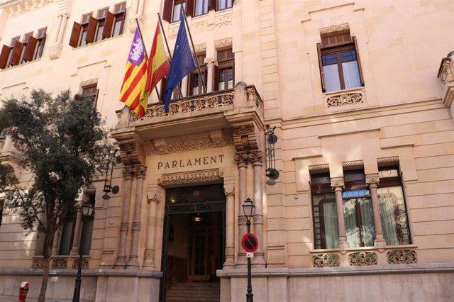 Puerta principal del Parlament de Baleares.