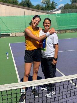 La tenista española Garbiñe Muguruza posa junto a su entrenadora, Conchita Martínez