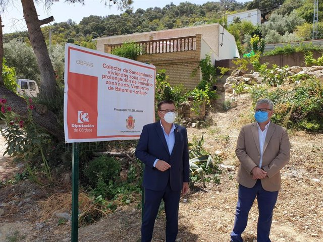 El vicepresidente cuarto de la Diputación de Córdoba, Esteban Morales (dcha.), en su visita a Ventorros de Balerma