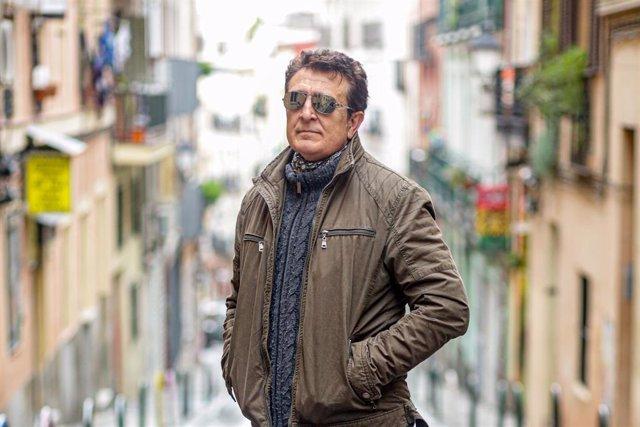 El cantante Manolo García posa tras una entrevista para Europa Press