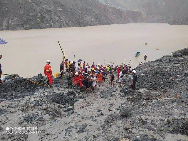 Equipos de rescate en la mina del norte de Birmania que sufrió el 2 de julio un deslizamiento de tierra