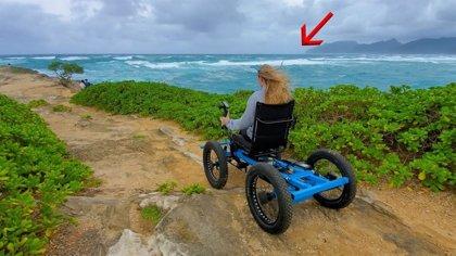"""Un hombre diseña una """"silla de ruedas todoterreno"""" para facilitar a su mujer y a otras personas el acceso a más sitios"""