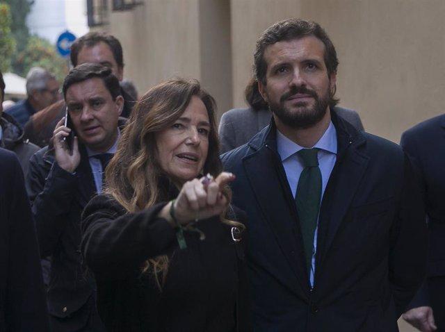 El presidente general del PP, Pablo Casado, junto a Teresa Jiménez-Becerril, en la calle Don Remondo, lugar donde fueron asesinados por ETA hace 22 años, Alberto Jiménez-Becerril y Ascensión García. En Sevilla, a 30 de enero de 2020.