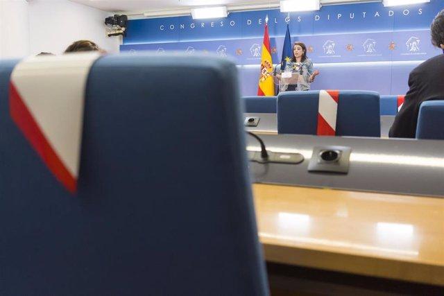 Vista de las sillas con bandas que prohíben sentarse en algunas de ellas para mantener la distancia de seguridad durante la rueda de prensa en el Congreso de la portavoz del PSOE, Adriana Lastra