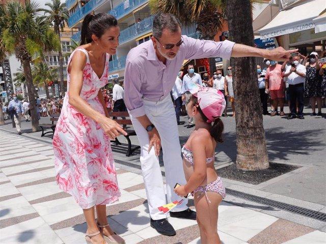 Los Reyes recorren el paseo marítimo de Benidorm al inicio de su visita a la comunidad autónoma, en Benidorm, Alicante (España), a 03 de julio de 2020.