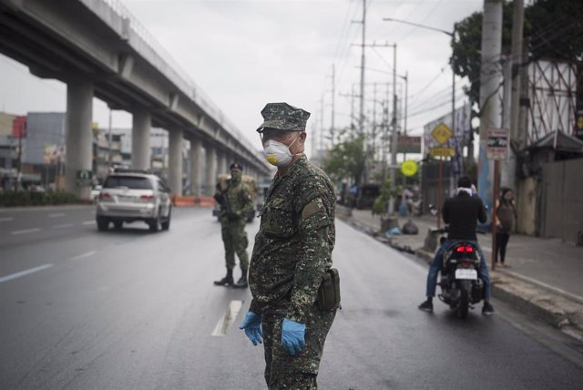 Un militar filipino en una calle de Manila.