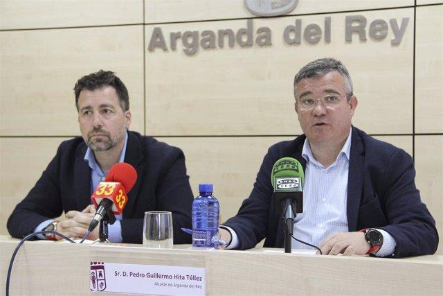 El alcalde de Arganda y presidente de la Federación de Municipios de Madrid (FMM), Guillermo Hita, y el alcalde de Rivas, David del Cura