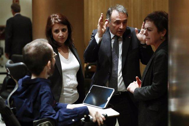 La portavoz socialista, Adriana Lastra, conversa con el portavoz de Unidas Podemos, Pablo Echenique, en la Comisión del Congreso para la Reconstrucción Social y Económica