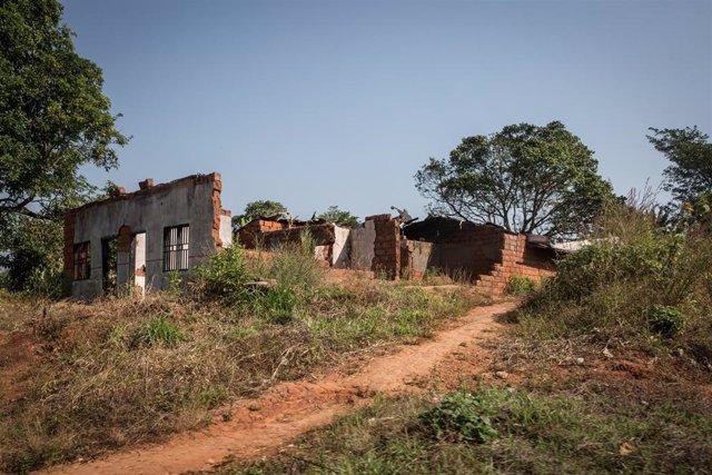 Una casa destruida por los ataques en la parte anglófona de Camerún