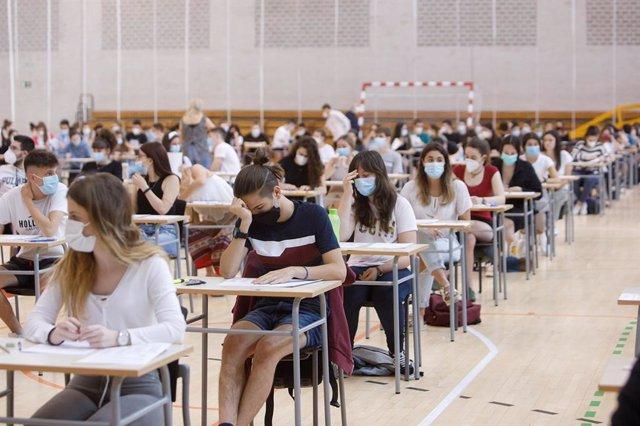Estudiantes en el Pabellón Universitario, durante uno de los exámenes de la EvAU de este año