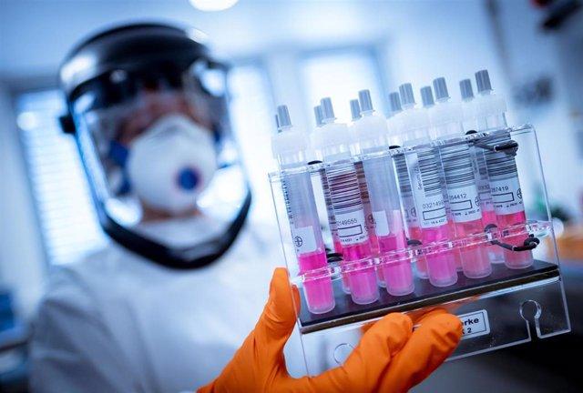 Imagen de recurso de trabajadores de laboratorio en busca de una vacuna contra el coronavirus.