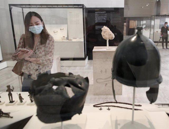 Una persona protegida con mascarilla observa las obras disponibles en el Museo Arqueológico, en Madrid (España), a 9 de junio de 2020.
