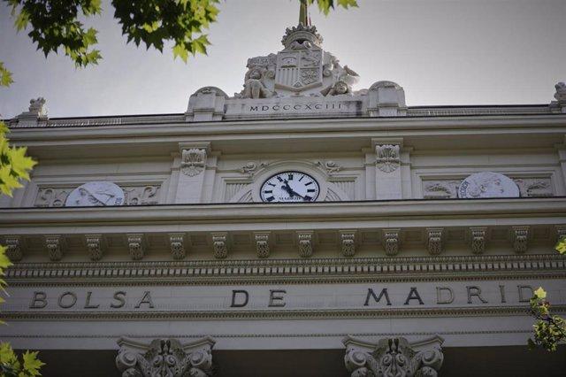 Parte superior de la fachada del edificio de la Bolsa de Madrid En Madrid (España).