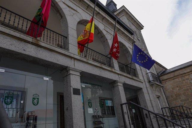 Fachada del Ayuntamiento de Alpedrete durante la cuarta semana del estado de alarma por la crisis del coronavirus, en Alpedrete/Madrid (España) a 6 de abril de 2020.