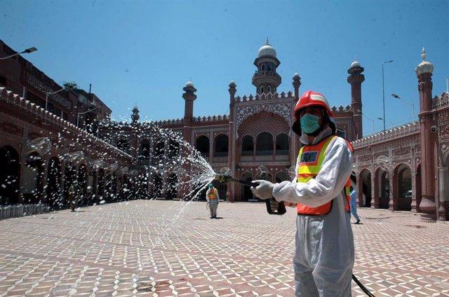 Trabajos de desinfección en una mezquita de Pakistán durante la pandemia de coronavirus