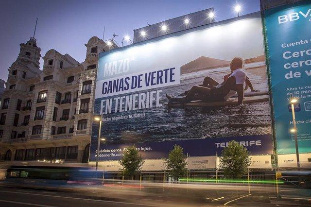 Lona promocional de Turismo de Tenerife en Gran Vía