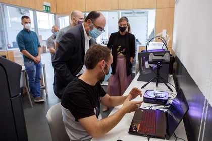 Ayerdi muestra su apoyo a la transformación digital de Sakana impulsada por el proyecto Dinabide de Irurtzun