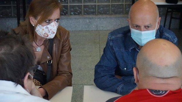 Pancho Casal y Milagros Corral en una reunión en Verín en el marco de la campaña de Marea Galeguista