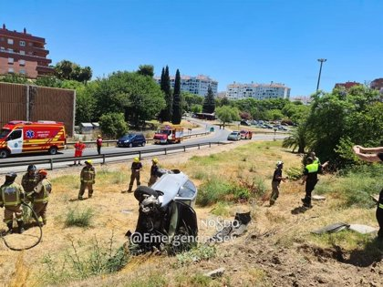 Herido leve el conductor de un vehículo que perdió el control en la SE-30 y volcó en una zona terriza