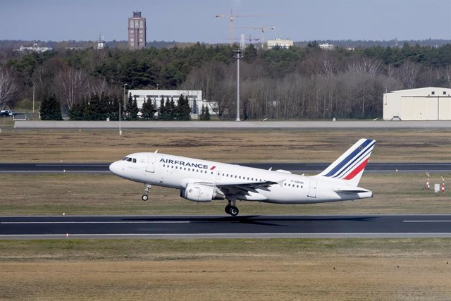 FILED - 16 March 2020, Berlin: A plane of the French airline Air France takes off from Berlin-Tegel (TXL) airport. The French government is prepared to back up Air France with 7 billion euros (7.6 billion dollars) worth of loans and loan guarantees, Econo