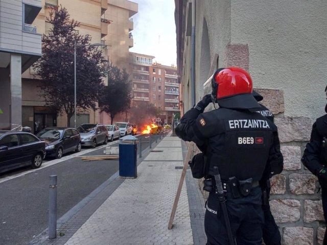 Un contenedor ardiendo durante el mitin de Vox en San Sebastián