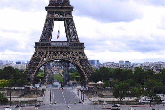 Vista general de la torre Eiffel vacía durante el coronavirus.