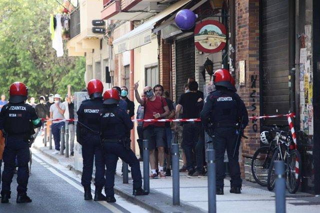 Agentes de la Ertzainza contienen a un grupo de personas que protestan contra un mitin del secretario general de VOX, Javier Ortega Smith en la Plaza Latsari de San Sebastián, Guipúzcoa, País Vasco (España), a 3 de julio de 2020.