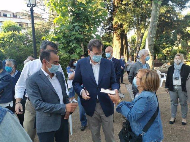 El expresidente del Gobierno Mariano Rajoy firma su libro a una asistente a un mitin en Padrón (A Coruña)