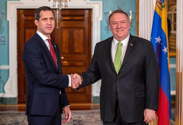 """El secretario de Estado de Estados Unidos, Mike Pompeo, y el autoproclamado """"presidente encargado"""" de Venezuela, Juan Guaidó."""