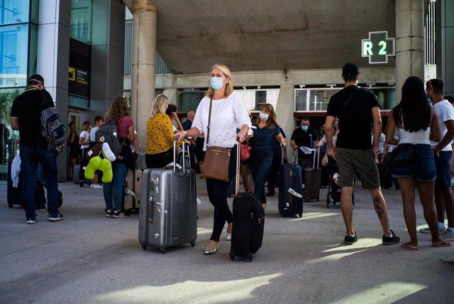 Pasajeros con maletas llegan al Aeropuerto de Palma de Mallorca el día de la reapertura de las fronteras de España tras su cierre por el Covid-19, en Palma de Mallorca, Islas Baleares (España) a 1 de julio de 2020.