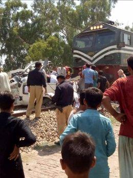 Pakistán.- Aumentan a 22 los fallecidos en Pakistán al arrollar un tren a un aut